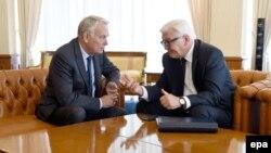 Учасники «нормандського формату», міністри закордонних справ Франції Жан-Марк Еро (л) і Німеччини Франк-Вальтер Штайнмаєр