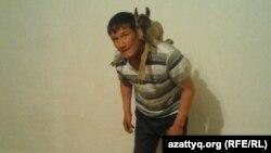 Калау Ашимов с детенышем архара. Фото из личного архива.