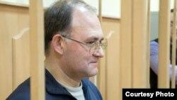 """Сергей Кривов, один из обвиняемых по """"болотному делу"""", в зале суда."""