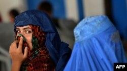 يوه افغانه کډواله له پاکستانه افغانستان ته د تلو انتظار کوي