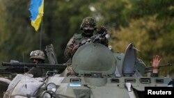Українські військовослужбовці на бронетранспортері біля Дебальцеового, Донецька область, 29 серпня 2014 року