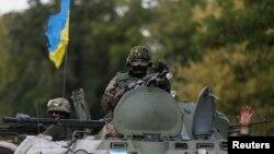 Українські військовослужбовці на бронетранспоритері біля Дебальцевого, Донецька область, 29 серпня 2014 року