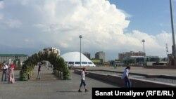 Горожане на площади, которую собираются назвать в честь первого президента Казахстана. Уральск, 6 июня 2018 года.