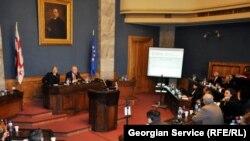 Депутаты от оппозиции и правящей партии задавали вопросы: «А как быть с другими причинами развязывания войны, о которых постоянно говорит Тбилиси?»