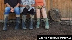 Трима души в гумени ботуши досега са изравяли тинята, превзела дворовете и къщите им. Снимката е от 15 юли 2021 г.