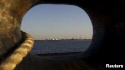 نمایی عمومی از یک اسلکه نفتی ایران، از داخل یک نفتکش