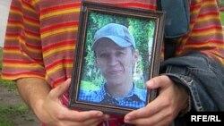 Портрет Ильи Бородаенко, погибшего в результате нападения на лагерь экологов в Ангарске, на митинге в Москве, 27 июля 2007 года.