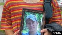 Илья Бородаенко (его фото держит участник московской акции) будет похоронен завтра в Находке