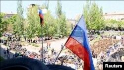 Российский флаг над зданием городской администрации Мариуполя.