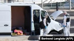 Полиция осматривает авто, водитель которого осуществил наезды в Марселе, 21 августа 2017 год