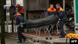 Спасатели вывозят тело погибшего при взрыве на станции метро Маельбек в Брюсселе