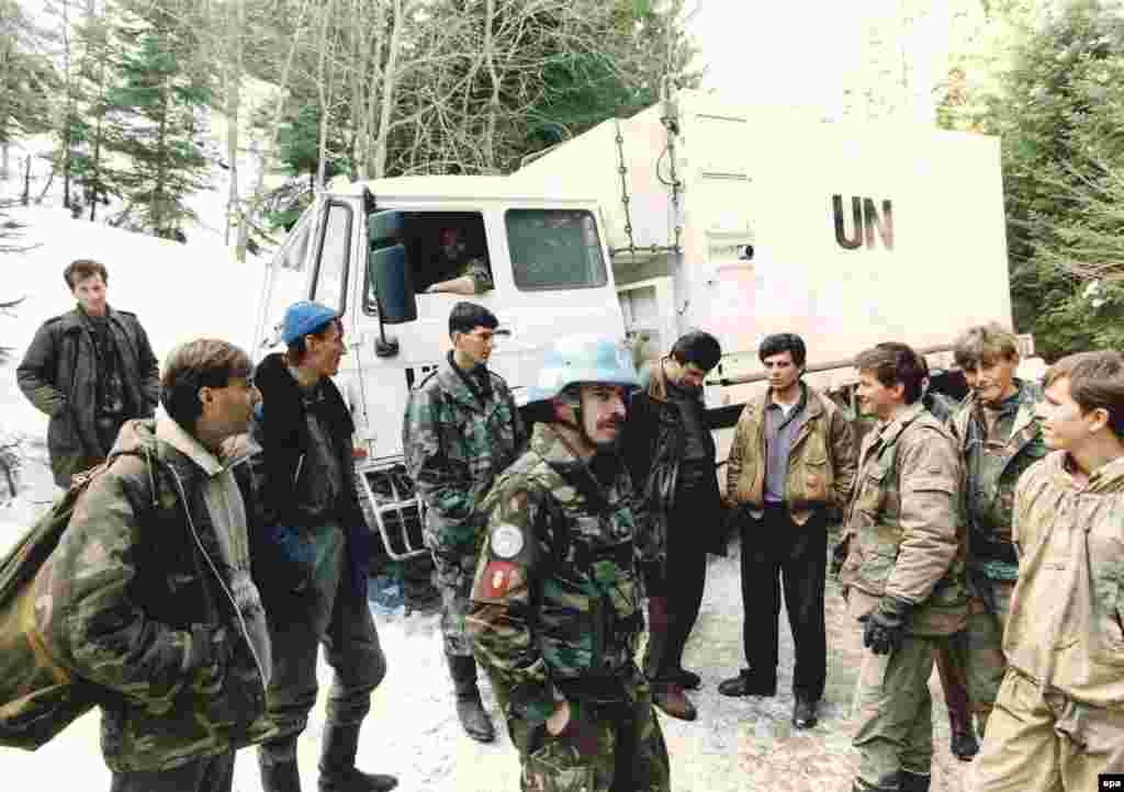 Dutch peacekeeping soldiers talk with Bosnian Muslim fighters in Vares, on March 1, 1994.
