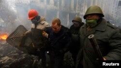 """Активисты Майдана задерживают сотрудника подразделения """"Беркут"""". Киев, 20 февраля 2014 года"""