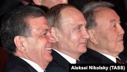 Қазақстан президенті Нұрсұлтан Назарбаев (оң жақта), Ресей президенті Владимир Путин (ортада) және Өзбекстан президенті Шавкат Мирзияев. Астана, 8 маусым 2017 жыл.