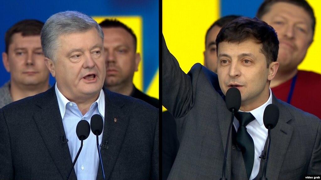 Actualul preşedinte Petro Poroshenko şi rivalul său actorul Volodimir Zelenski, în timpul dezbaterii. 19 aprilie 2019
