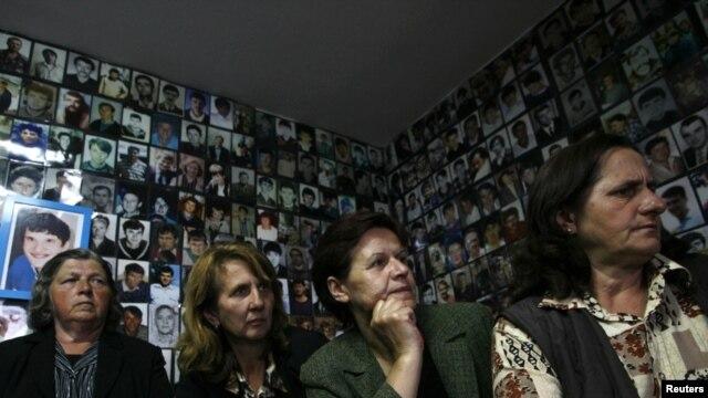 Majke Srebrenice gledaju prvo pojavljivanje Mladića u Hagu, 03. jun 2011.