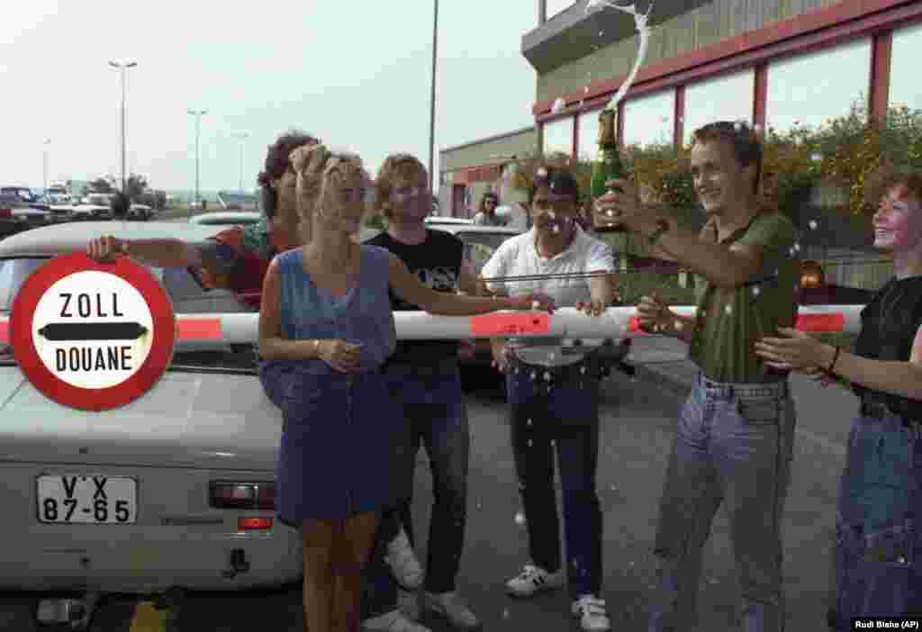 Немцы из ГДР открыли шампанское после прохождения таможни