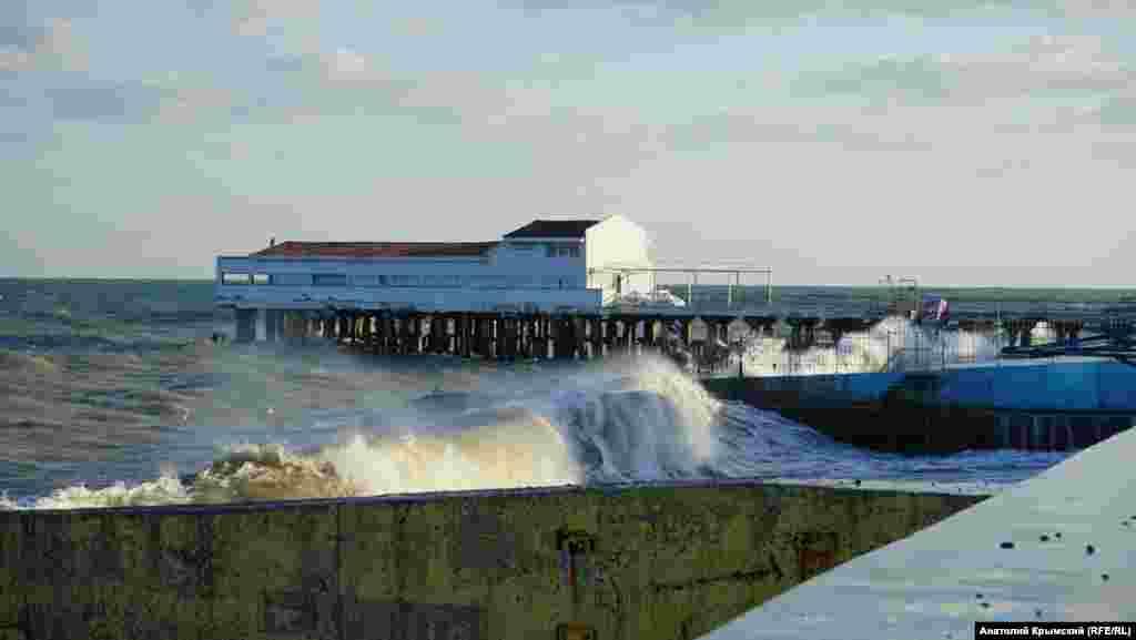 Пірс і буни, як і раніше, «штурмують» хвилі
