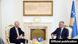 Senatori Johnson në takim me presidentin Thaçi