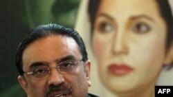 Вдовец Беназир Бхутто - Али Асиф Зардари (нынешний президент Пакистана) рядом с ее портретом