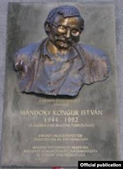 Илимпоз жашаган үйдүн дубалындагы эскерткич. Будапешт, Мажарстан.