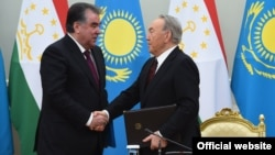 Tajik President Emomali Rahmon (left) with his Kazakh counterpart Nursultan Nazarbaev in Astana on March 14.