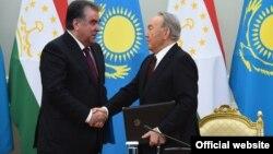 Таџикистанскиот претседател Емомали Рамон со неговиот казахстански колега Нурсултан Назарбаев