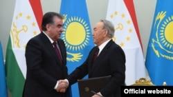 Президент Таджикистана Эмомали Рахмон (слева) и бывший президент Казахстана Нурсултан Назарбаев.