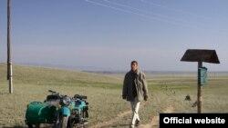 Олег Долин о своем герое, докторе в фильме «Дикое поле»: «Он знает, чего он хочет, и делает это там, где он нужен, не там, где, возможно, ему бы хотелось, а там, где его ждут»