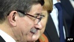 Ahmet Davutoglu və Angela Merkel