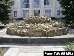 Клумба на місці постаменту пам'ятника Леніну