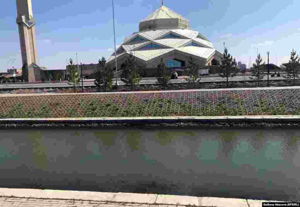 Минарет высотой 43,5 метра расположен с северной стороны от главного здания мечети, он выполнен в виде «калама» – «священного пера», передающего слова Аллаха через Коран. По словам управляющего мечетью Руслана Абдуллаева, в строительстве объекта применены казахстанские материалы и изделия. Конструкция под купол, парапеты, навесы, по информации управляющего, сделаны из сэндвич-панелей, облицовка вертикальных фасадов мечети и минарета выполнена из травертина с резным орнаментом в национальном стиле, наружных фасадов – из металла.