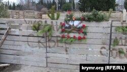 Надпись на заборе, установленном строителями