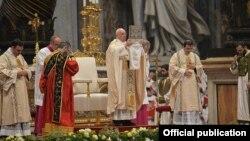 Папа Франциск під час служби в базиліці Святого Петра у Ватикані, 12 квітня 2015 роуу