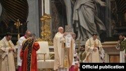 Папа римский Франциск проводит мессу в Соборе Св. Петра в Ватикане. 12 апреля 2015 г.