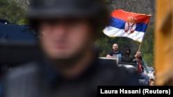 Приштина испрати полициски специјалци на северната граница каде граѓани од српската заедница блокираа патишта кои водат кон граничните премини