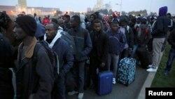 صدها پناهجو در ساعات اولیه به اقامتگاههای مختلف در فرانسه منتقل شدند.