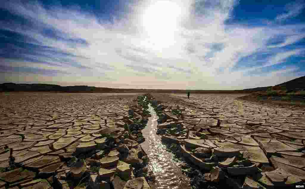 خشکسالی در گوشهای دیگر از ایران؛ درحالیکه سیل در گوشههایی از ایران جاری شده است، برخی نقاط دیگر از خشکسالی رنج میبرند. سد خاکی حاجی آباد در استان خراسان جنوبی، در معرض خشکی کامل قرار دارد.