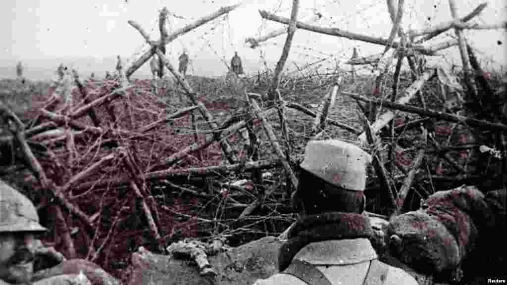 Немецкие солдаты идут к окопу французских солдат и предлагают им сдаться. Дата снимка неизвестна.