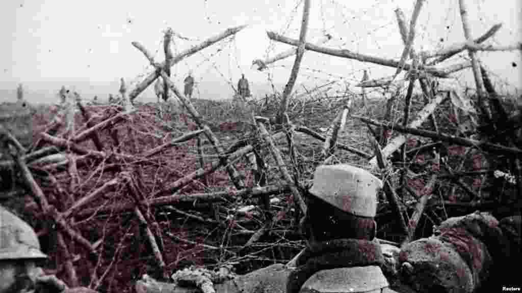 Немецкие солдаты, которые выразили готовность сдаться французским войскам. Франция, недалеко от города Массиж