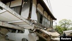 Пострадавшее в результате землетрясения здание в городе Машики. Префектура Кумамото, 15 апреля 2016 года.