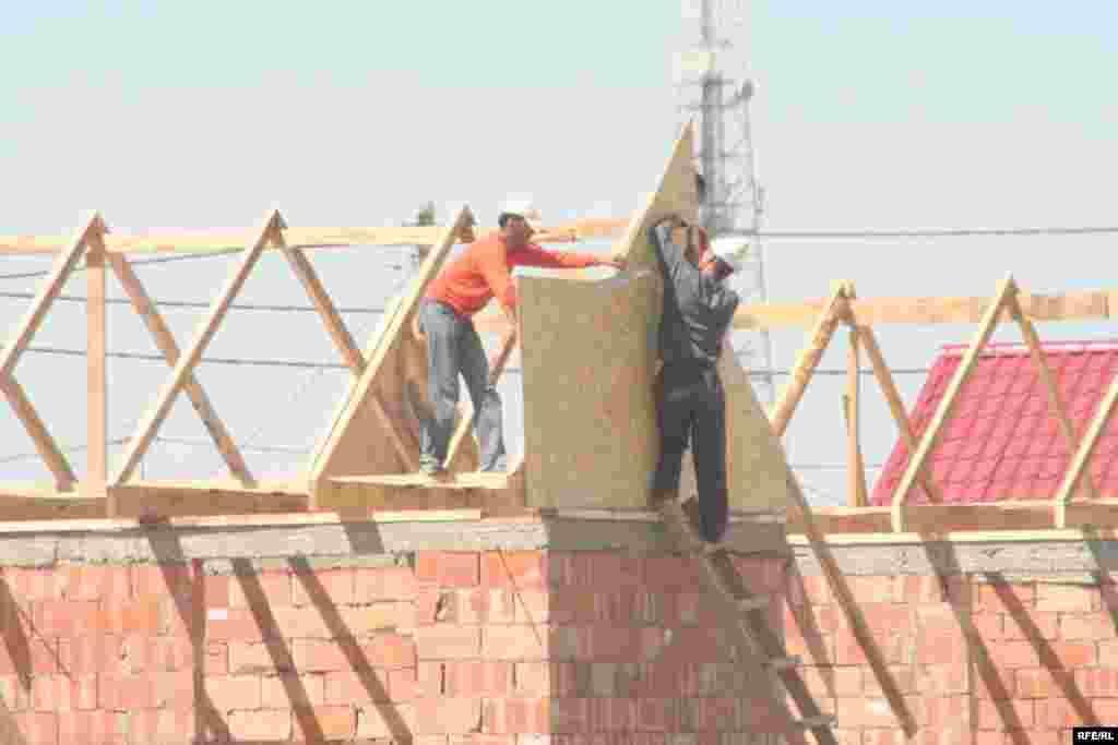 Строители строят дома в новом микрорайоне Саялы даже в субботу. 11 июля 2009 года.