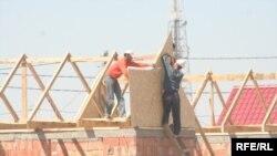 Строители строят дома в новом микрорайоне Саялы, где сейчас живут некоторые шаныракцы. 11 июля 2009 года.