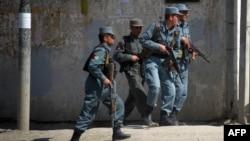 Авганистанската полиција оди кон местото на инцидентите во центарот на Кабул