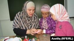 Тәрбияче Әлфия Бурибоева мөселман лагерына җыелган балалар белән