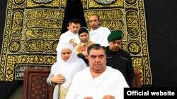Президент Таджикистана Эмомали Рахмон вместе с некоторыми членами своей семьи во время паломничества в Мекку. 4 января 2016 года.