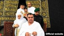 Озода Рахмон, в белом платке за своим отцом, совершает паломничество в Мекке, 4 января 2016 года