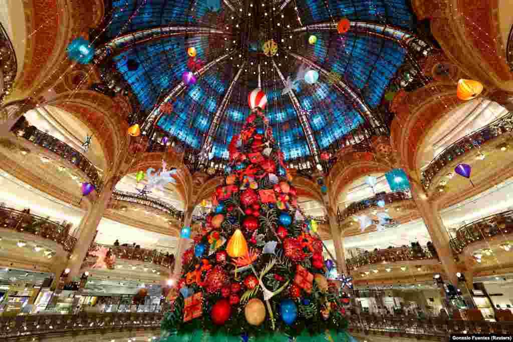 Париж, Франція.Одна з найочікуваніших ялинок країни стоїть в Galeries Lafayette. Величезну ошатну ялинку щороку вбирають за відповідною тематикою. Цього року команду дизайнерів надихнув «Маленький принц»