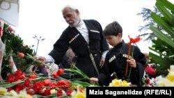 Почтить память жертв к тбилисскому зданию парламента сегодня пришли президент Грузии, премьер-министр, представители правительства, оппозиции и простые граждане
