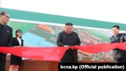 Kim Džong Un na ceremoniji završetka izgradnje fabrike gnojiva u Sunčeonu, 2. maj